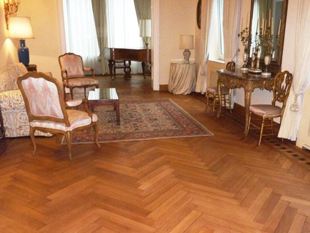 sol-et-style-projet-categorie-maisons-style-classique-parquet-bois-ancien-chaises-table