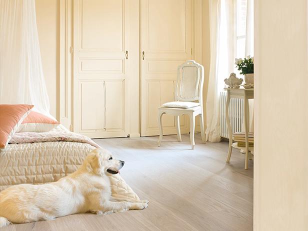 sol-et-style-projet-categorie-maisons-style-classique-parquet-bois-clair-chaise-blanc