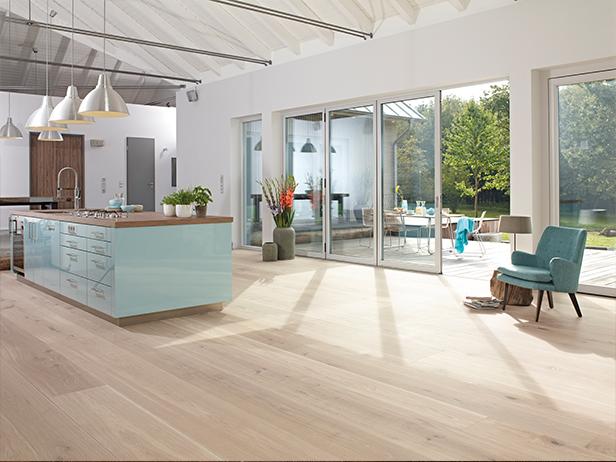 sol-et-style-projet-categorie-maisons-style-classique-parquet-bois-clair-cuisine-exterieur-fauteuil-bleu
