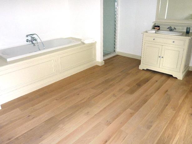 sol-et-style-projet-categorie-maisons-style-classique-parquet-bois-clair-salle-de-bain-blanche