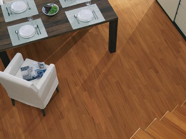 sol-et-style-projet-categorie-maisons-style-classique-parquet-bois-escaliers-fauteuil-blanc