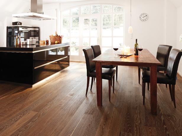 sol-et-style-projet-categorie-maisons-style-classique-parquet-bois-fonce-cuisine-manger-bougie-table-chaises