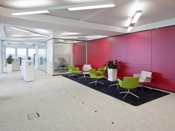 sol-et-style-projet-categorie-autres-services-moquette-beige-grise-fauteuils-verts-murs-rouges