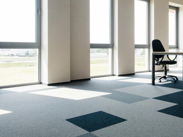 sol-et-style-projet-categorie-autres-services-moquette-bureaux-carres-gris-bleus-fenetres
