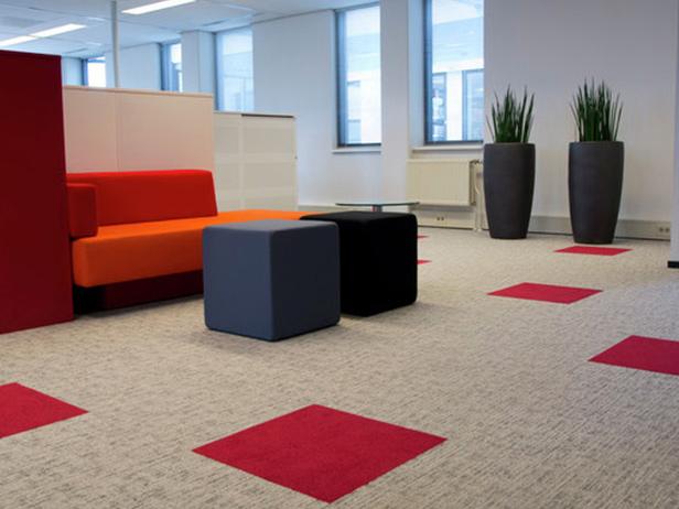sol-et-style-projet-categorie-autres-services-moquette-carres-rouges-surface-grise-fauteuils-noirs