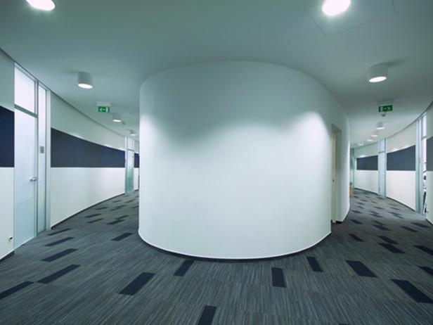 sol-et-style-projet-categorie-autres-services-moquette-grise-rectangles-bleus-tour-centrale-espace-vide