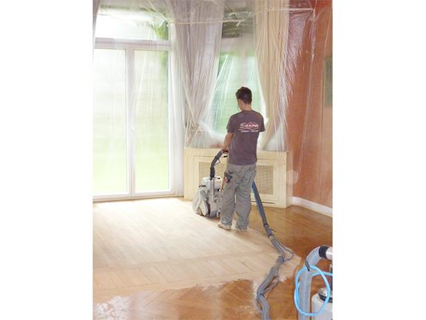 sol-et-style-projet-categorie-autres-services-renovations-parquet-nettoyeur-machine-pousee-homme-lustre-piece-fermee