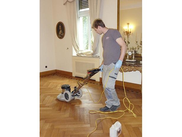sol-et-style-projet-categorie-autres-services-renovations-parquet-nettoyeur-machine-pousee-homme-mur-protection