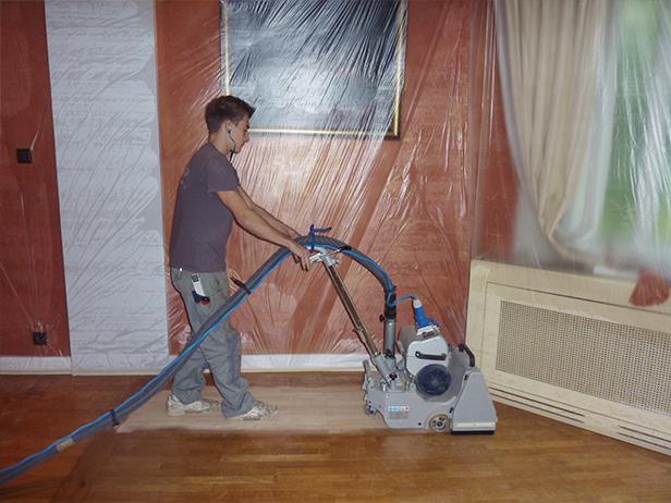 sol-et-style-projet-categorie-autres-services-renovations-parquet-nettoyeur-machine-pousee-homme-mur-rouge-protection