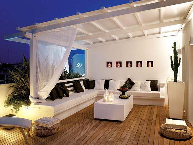 sol-et-style-projet-categorie-espaces-exterieurs-piscine-bois-divans-blancs-cadres