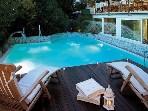 sol-et-style-projet-categorie-espaces-exterieurs-piscine-bois-fonce-transat