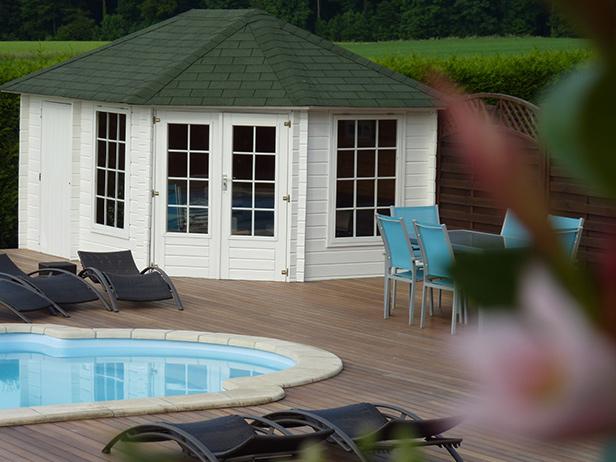 sol-et-style-projet-categorie-espaces-exterieurs-piscine-chalet-blanc-terrasse
