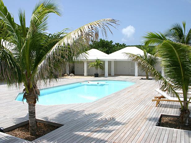 sol-et-style-projet-categorie-espaces-exterieurs-piscine-palmiers-bois-clair