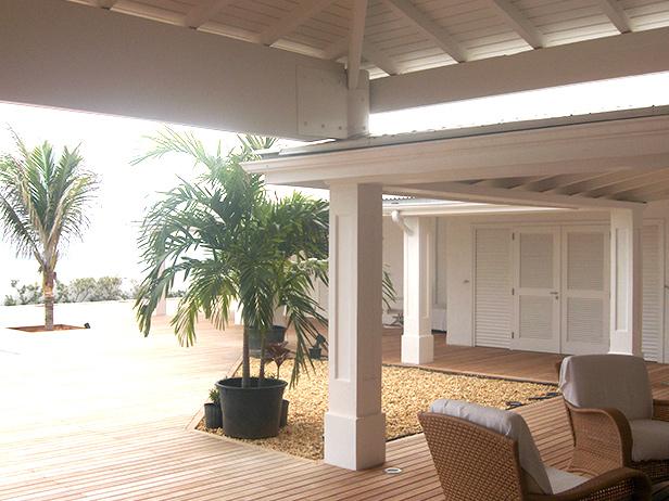 sol-et-style-projet-categorie-espaces-exterieurs-piscine-terrasse-plamiers-gravier-fauteuils
