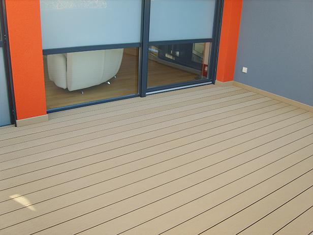 sol-et-style-projet-categorie-espaces-exterieurs-terrasse-fenetres-mur-rouge