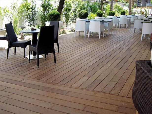 sol-et-style-projet-categorie-espaces-exterieurs-terrasse-restaurant-bois-tables-chaises
