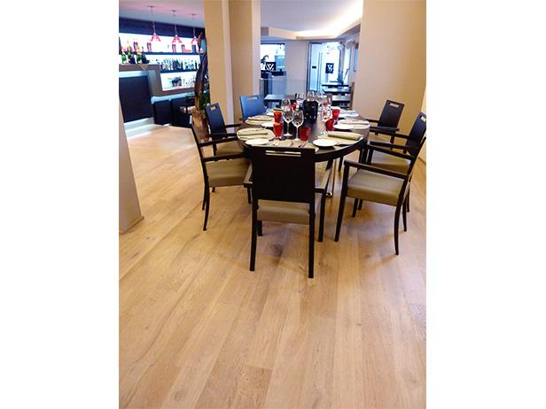 sol-et-style-projet-categorie-espaces-publics-restaurant-interieur-banquettes-table-ronde-noire