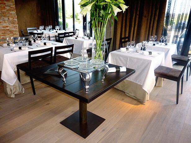 sol-et-style-projet-categorie-espaces-publics-restaurant-interieur-banquettes-tables-noires
