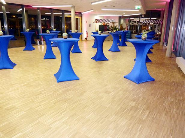 sol-et-style-projet-categorie-espaces-publics-salle-apero-tables-hautes