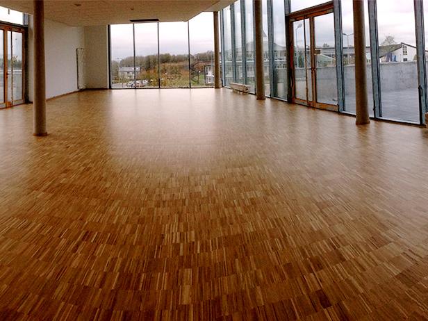 sol-et-style-projet-categorie-espaces-publics-salle-sport-vide-fenetres-piquets