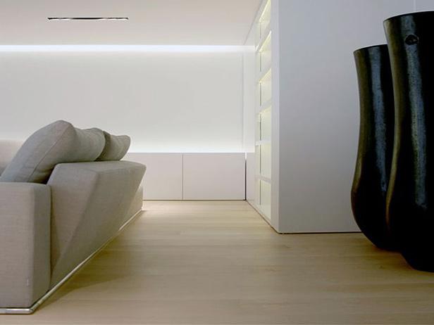 sol-et-style-projet-categorie-maisons-style-design-divan-blanc-vases-noirs